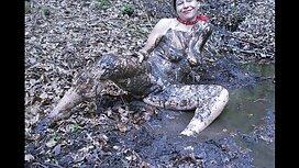 امرأة سكسي سكسي سكسي اجنبي سمراء يأخذ حمام فقاعة