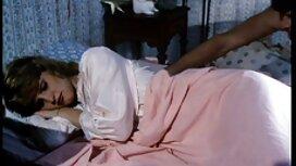 فتاة خجولة تمتص الكاميرا في قناع سكسي اجنبي ايجات
